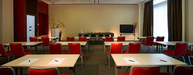 DoubleTree by Hilton Hotel Milan, Italia - Sala meeting con allestimento a banchi di scuola