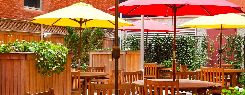 DoubleTree by Hilton Hotel New York - Ristorazione nel patio