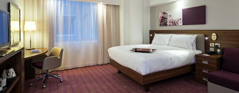 Hotel Hampton by Hilton London Waterloo, Regno Unito - Camera attrezzata per disabili con letto queen size e doccia ad accesso facilitato