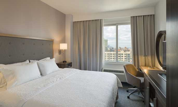 Hotel Hampton Inn Manhattan/Times Square South, New York, Stati Uniti d'America - Camera con letto king size e vista sulla città