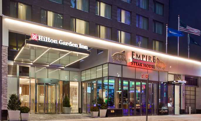 Hilton Garden Inn New York/Central Park South-Midtown West, Stati Uniti - Esterno dell'hotel di notte