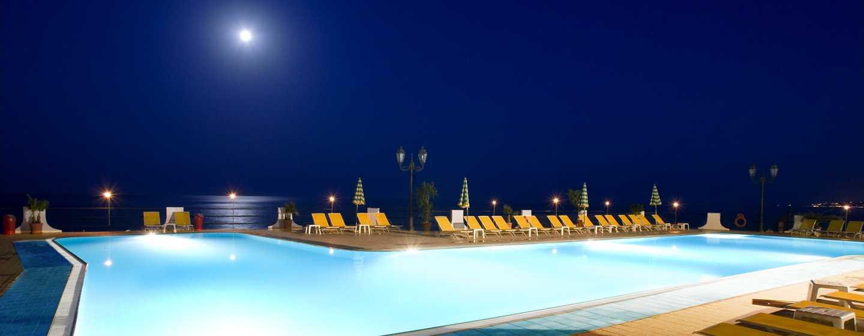 Hotel Hilton Giardini Naxos, Sicilia, Italia - Piscina esterna di notte