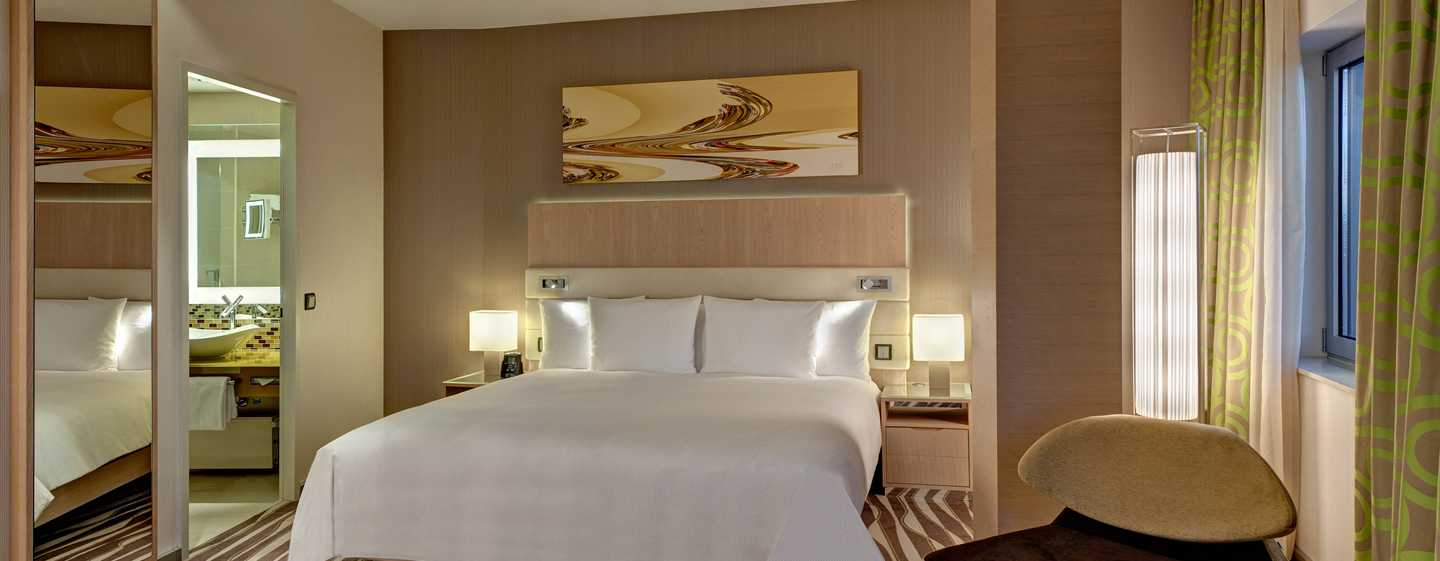Hotel Hilton Frankfurt Airport, Germania - Corner Suite Executive con letto king size e vista sullo skyline