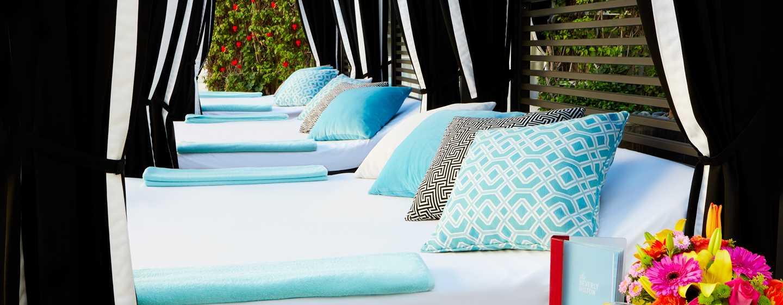 The Beverly Hilton, Stati Uniti d'America - Letti a castello a bordo piscina