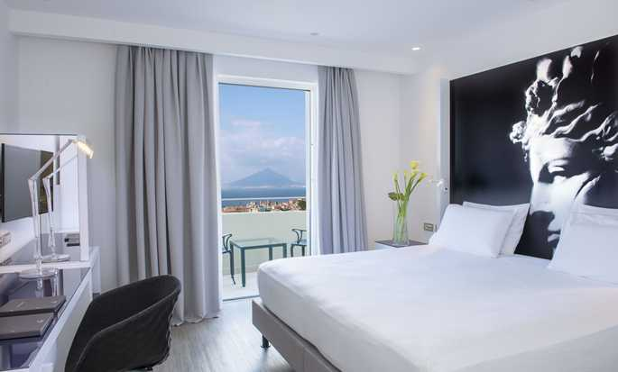 Hilton Sorrento Palace, Italia - Camera Superior con letto king size e vista mare