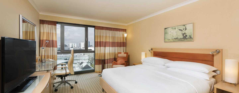 Hotel Hilton Vienna, Vienna, Austria - Camera Executive con letto king size e vista sulla città
