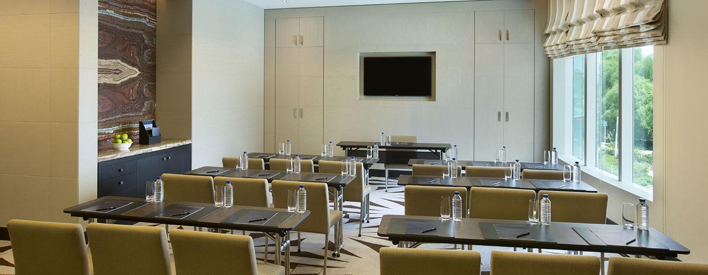 Hotel Hilton Capital Grand Abu Dhabi, EAU - Sala meeting con allestimento a banchi di scuola