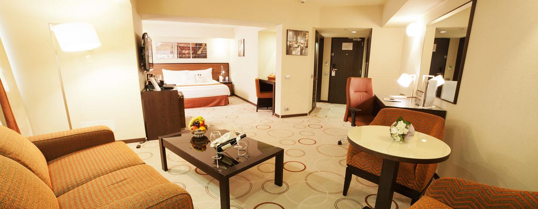 DoubleTree by Hilton Hotel Bucharest, Romania - Suite Junior con letto king size e salotto