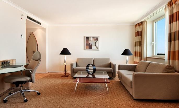 Hilton Dusseldorf, Germania - Zona soggiorno della suite