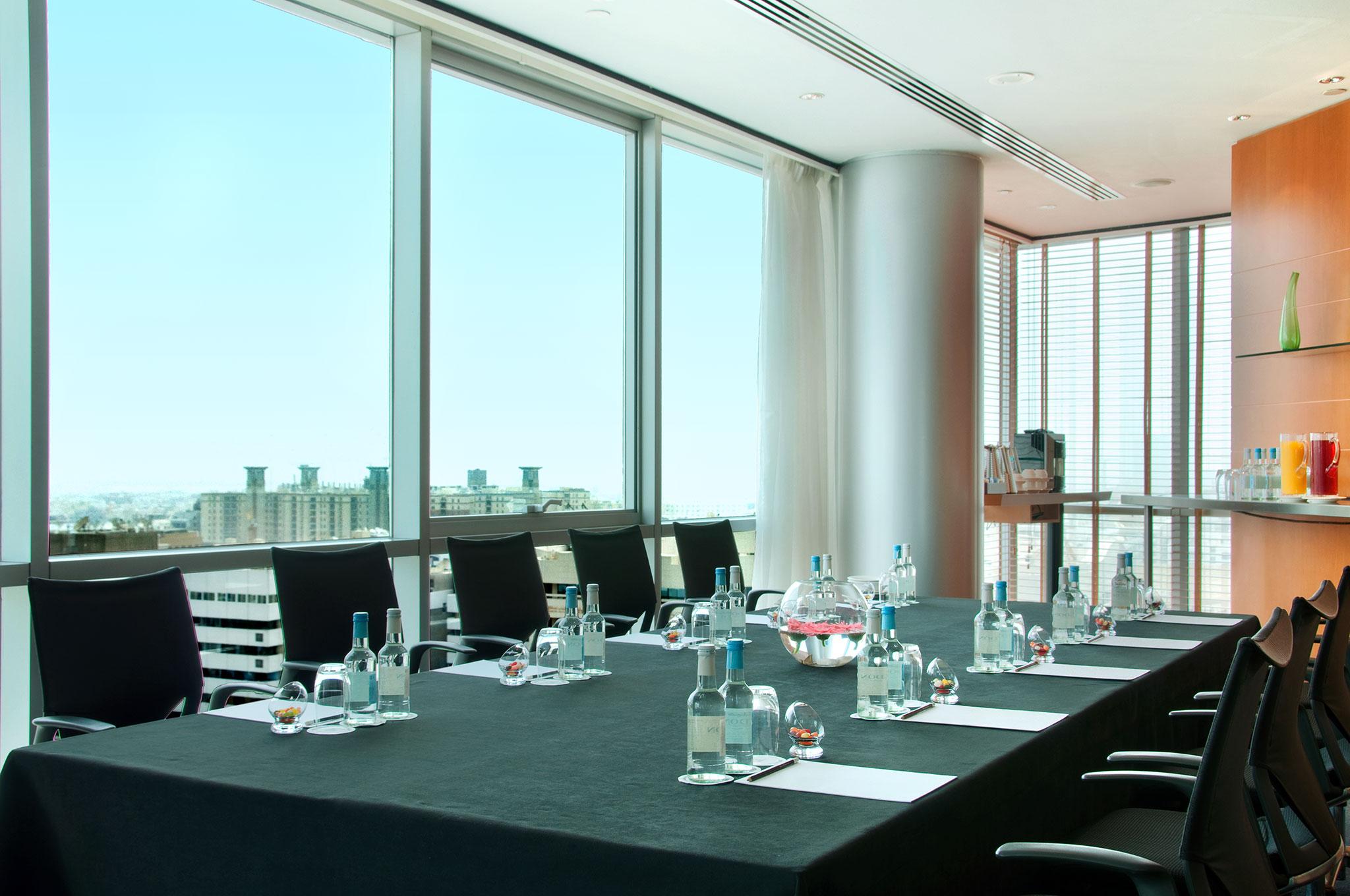 Hotels a dubai hilton dubai creek hotel emirati arabi for Table 9 dubai