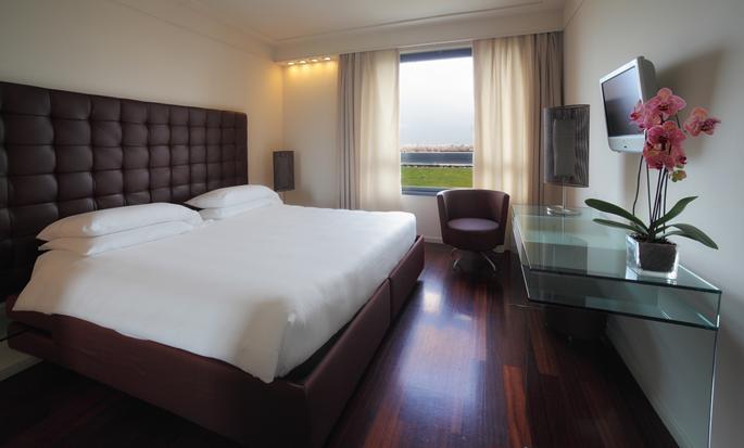 Hotel Hilton Florence Metropole, Italia - Camera con letto king size e vista sulla città