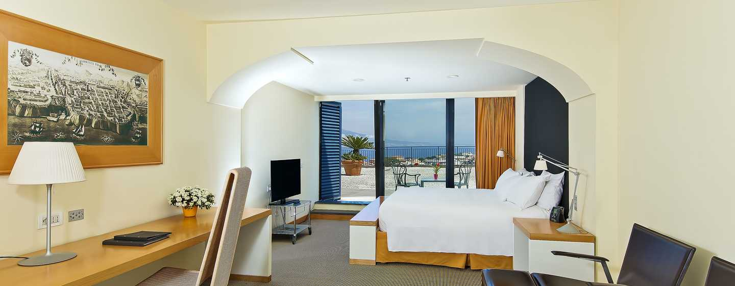 Hilton Sorrento Palace, Italia - Camera Hilton Executive con letto king size e vista mare
