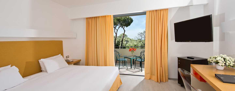 Hilton Sorrento Palace, Italia - Camera Hilton con letto king size e vista sul giardino